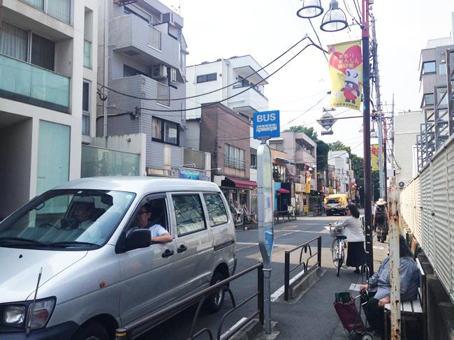 奥沢の街並み。歩道が狭い