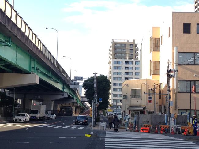 月島駅近くにある高架下