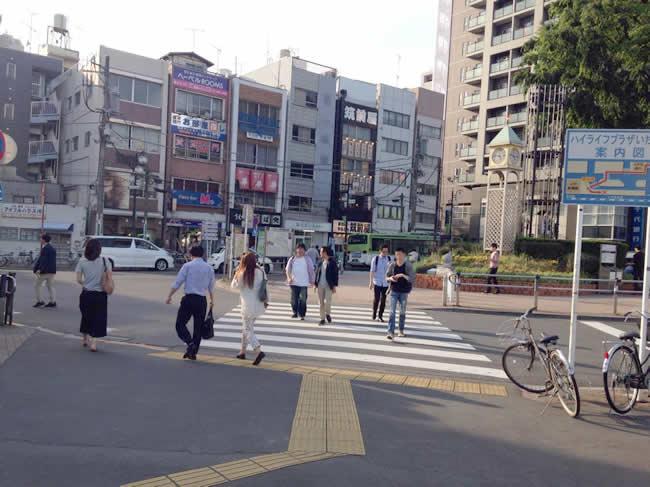 横断歩道を渡るよ