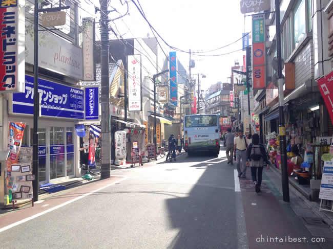 商店街を通るバス