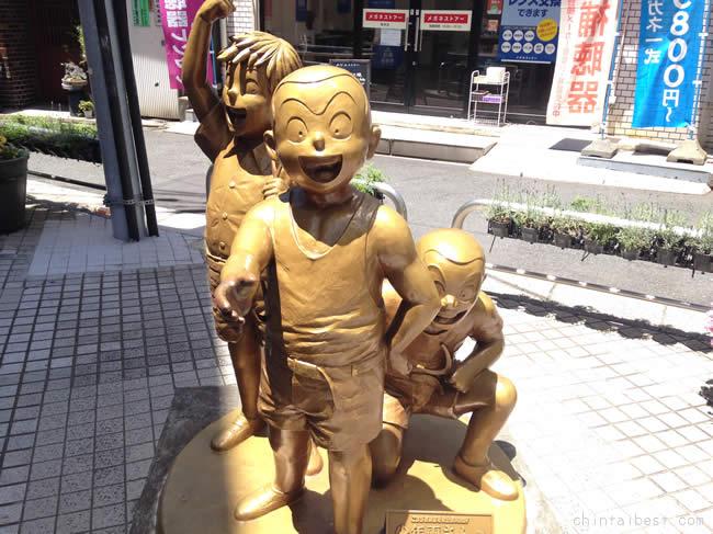 少年時代の両さんの銅像