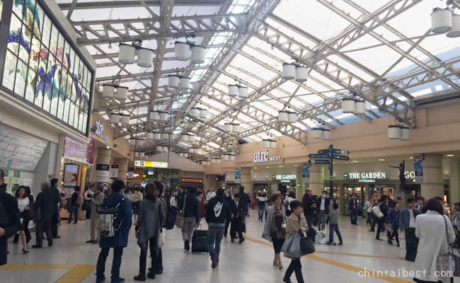 大きなスーツケースを持って歩いている人も多い