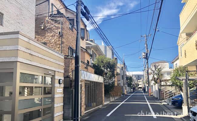 駅前から少し離れると閑静な住宅街が広がります