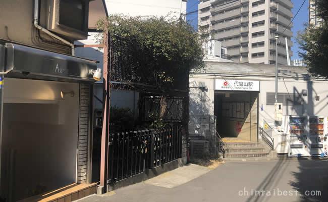 代官山駅の東口。静かな雰囲気で落ち着いた店が広がります。