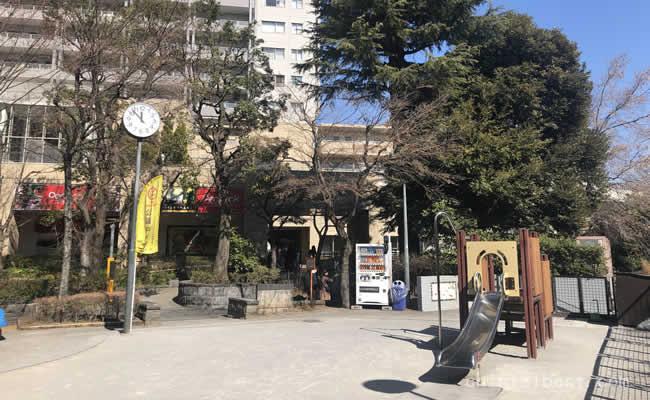 駅前の公園には遊具もあります。