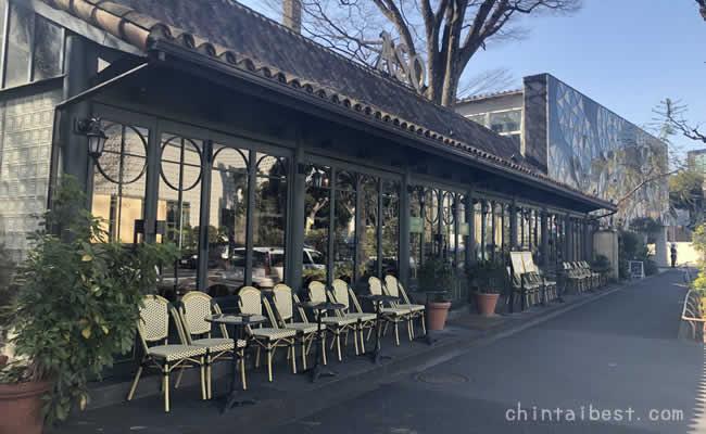 旧山手通りのカフェでは春になるとオープンエアでお茶を楽しめます。