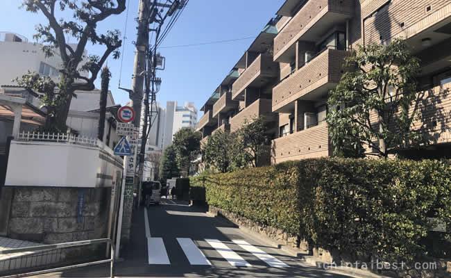 脇道に入ると閑静な住宅街が広がります。