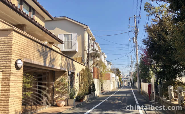バス通りを一本入るだけで閑静な住宅街が広がります。