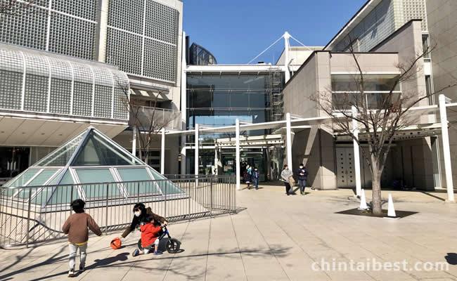 パーシモンホールには図書館、ジム、イベントホールなどがある