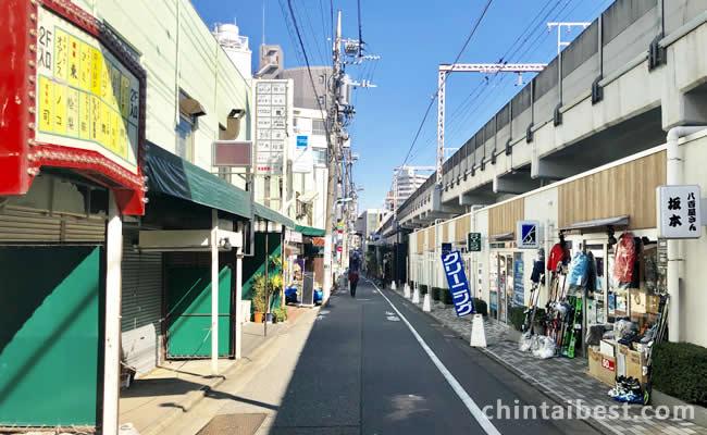 線路沿いに古いお店街と高架下の新しいお店街が立ち並びます。