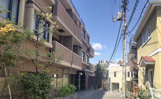 一本脇道に入ると閑静な住宅街があります。