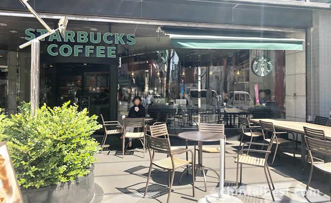 スターバックスのオープンカフェもあります。