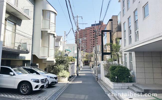 脇道に入れば静かな住宅街が広がります。