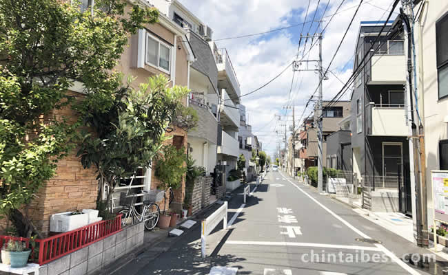 少し駅から歩くだけで静かな住宅街になります。
