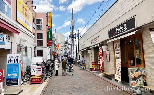 駅前商店街にはテイクアウトの店や居酒屋などあります。