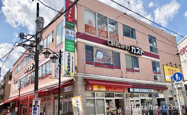 駅前のビルには色々な店が入ってます。