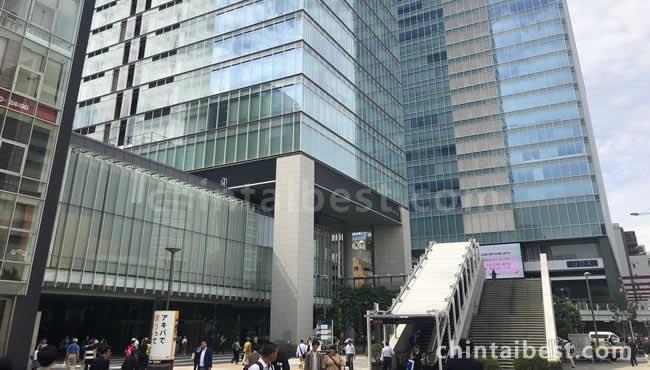 駅前には近未来的なオフィスビルが広がります