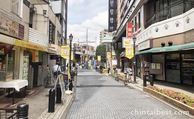 商店街には色々なお店があります。
