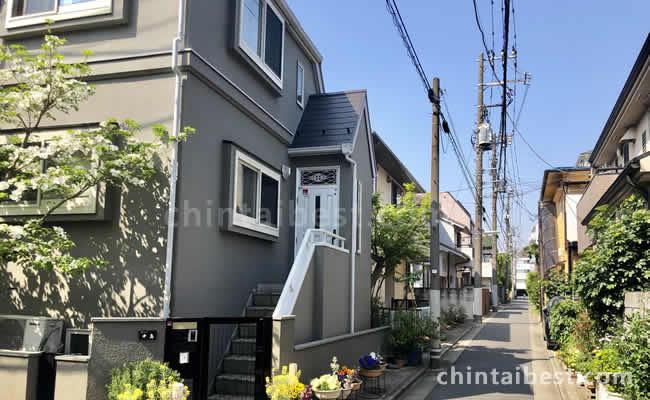 脇道に入ると静かな住宅街が広がります。