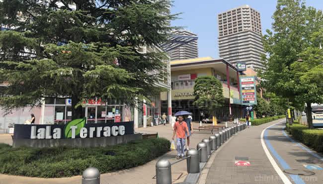 緑溢れるショッピングモール