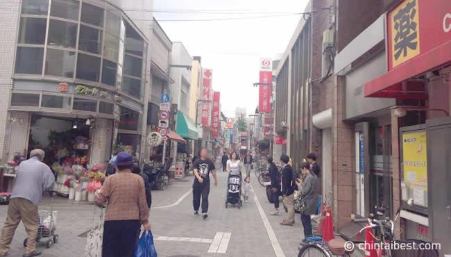 とても下町っぽい雰囲気のある商店街。