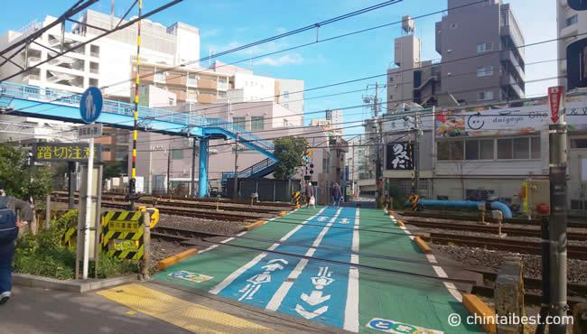 駅前の踏切