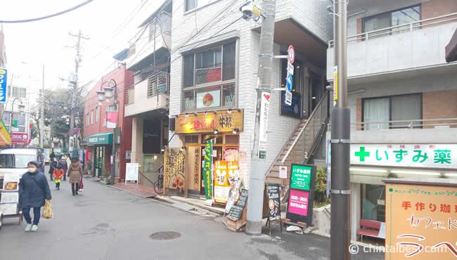 薬局や飲食店が多く並んでいます。