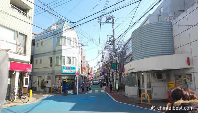 交番も駅の近くにあります。この奥が松沢小学校、駅です。