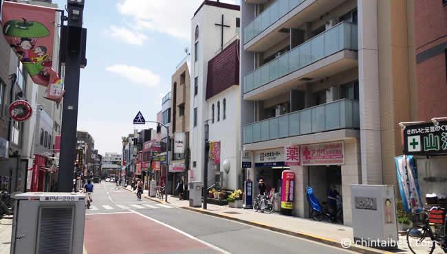 落ち着いた街並みで適度に買い物できる場所もあり、住みやすそうな印象です。パッと見た感じは分かりませんが、よく見るとこの写真にもサザエさんの絵が映ってます。