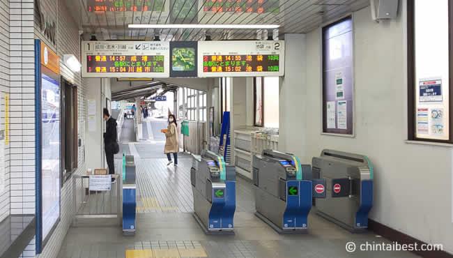 駅の改札もこじんまりしています。小さい駅のため通勤時間帯は混雑します。