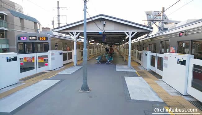 駅は島式ホームです。東急大井町線は全線でホームドアの設置がされており、安全でかつ安心な路線です。