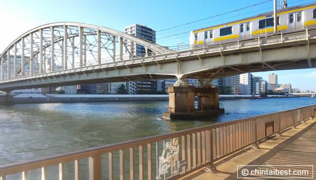 駅から5分くらい歩くと隅田川につきます。
